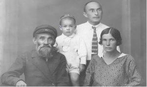 Дедушка - сапожник Янкель с моими папой, мамой и старшим братом