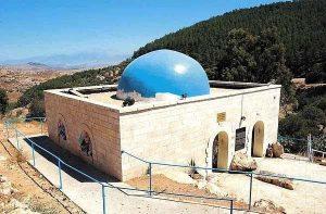 В Галилее, на дне глубокой долины, среди живописных каменистых склонов находится небольшая гробница Ионатана бен Узиэля. Это место называется Амука.