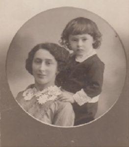 Слава Александровна Гинзбург-Златина и её племянник Боря Лесохин. Витебск 1914 год