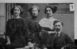 Дети первого брака Сендера. * Слева: Женя, Ида, Слава, Иосиф Гинзбург