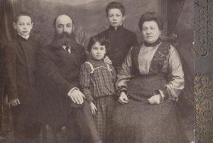 Слева: Евсей, Сендер, Манечка, Яков, Малка