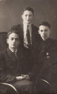 Евсей Александрович Гинзбург с племянниками Израилем Понизовским и Борисом Лесохиным. 1927 г.
