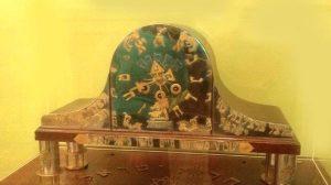 Часы в гостиной ― подарок влюбленного в творчество поэта парижского часовщика. Изготовление их заняло три года...