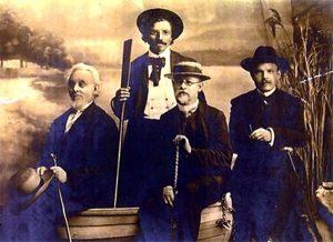 На фото (слева направо): еврейские писатели Менделе Мойхер-Сфорим, Шолом-Алейхем, Бен-Ами и Бялик