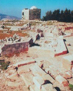 Гора Гаризим сегодня. На переднем плане руины самарянского храма и храма Зевса. На заднем плане мечеть, построенная над остатками христианской церкви и баптистерия.