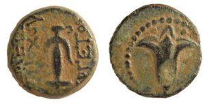 Первая иудейская прута. 132-130 гг до н.э. Надпись на греческом «Царь Антиох Эвергет». Общепризнанно, что это первая еврейская прута, отчеканенная в Иерусалиме во время правления Симона и его сына Иоанна Гиркана I.