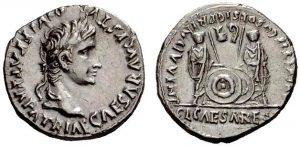 Денарий, серебро. Дата чеканки: 2 г. до н. э.—4 г. н. э. Монетный двор: Лугдунум. Вес: 3.88 г, диаметр: 19 мм. АВЕРС: голова Августа в лавровом венке вправо. РЕВЕРС: Гай и Луций Цезари стоят лицом, каждый в тоге и положив руку на щит; позади каждого щита копье. Выше, слева — симпулум (simpulum), справа — литуус (lituus). Симпулум - небольшой черпак с ручкой, которым понтифики пробовали вино. Затем вино лили на головы жертвенным животным, и предсказатель осматривал внутренности животных в поисках знаков и предзнаменований, посланных богами людям. Литуус - изогнутый посох, использовавшийся авгуром для очерчивания определённого участка в небе для гаданий по полётам птиц (ауспиции). Интересно, что позже симпулум и литуус появятся на монетах Понтия Пилата как одиночные объекты на аверсе.