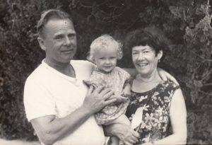Леня Синильников и Фира с внучкой Юлей. Севастополь 1984 г.