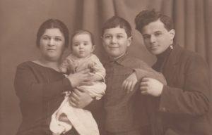 Аня Каплун, Мирра и Марк Брук, Митя, брат т. Ани. 1927 г.