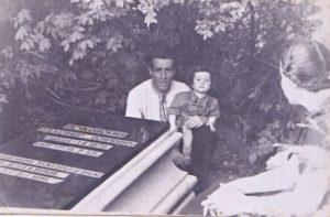 Абрам Кац, его сын Витя и Нина Печовская у Могилы Александра Осиповича Печковского. Кенигсберг. 1951 г.