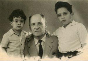 Яков Александрович Гинзбург с внуками