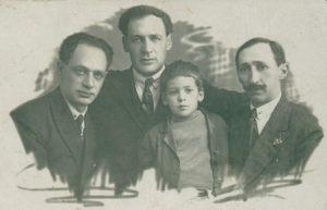 Слева: Братья Евсей, Яков и Иосиф Гинзбург и и сын Якова Марк