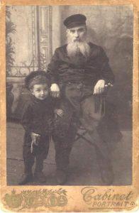 Михаил Шапиро со своим отцом Хаимом Авраамом Шапира, в день 60-летия отца и трехлетия сына (до первой стрижки), 1910 год, Могилев