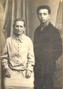 Рейзл (мать) и Михаил Шапиро в местечке Белыничи в Беларуси, 1927