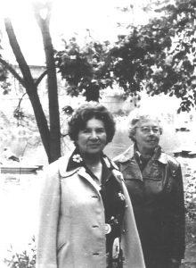 Юлия Нейман (слева) со своей кузиной Эмилией Буровой, мамой Нины Фурмановой, во время речной прогулки на теплоходе