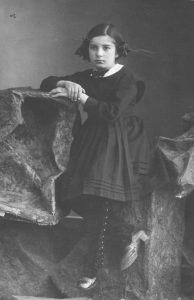 Юлия Нейман в детстве. Школьница, умная и прилежная ученица, она еще не знает, что станет хорошим поэтом и переводчиком, хотя жизнь ее легкой не будет