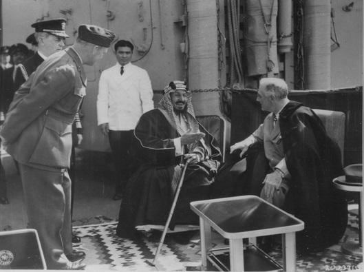 Встреча Президента Рузвельта и короля Саудовской Аравии в 1945 году. На переднем плане, согнувшись — Уильям Эдди