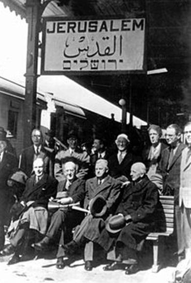 Члены делегаций во время отдыха на вокзале в Иерусалиме