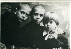 Со старшими братьями Захаром и Колей. Чернигов, 1921-22 гг.