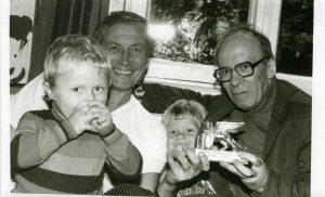Евгений Евтушенко с сыновьями и автором. 1980-е гг. Фото Д. Евтушенко