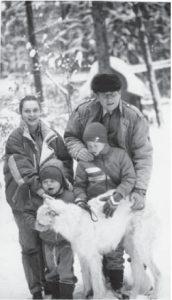 Евгений Евтушенко с женой Машей и сыновьями. Переделкино, конец 1980-х гг. Фото автора