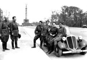 С однополчанами у Бранденбургских ворот
