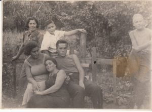 Стоят: Мария Наумовна Карасик, Марк Гинзбург; сидят: Нана Карасик, Мария Наумовна Брук, Наум Слободкин. На даче в г. Дублянщина рядом с Полтавой1938 г.