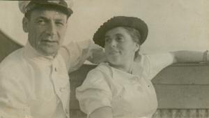 Яков Гинзбург и Мария Брук на прогулке на военном катере в Бакинской бухте. 1940 г.