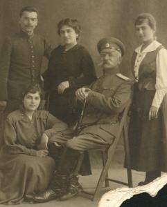 Александр Иосифович Земан, его жена Казимира (в центре), сын Георгий, дочери Мария (сидит) и Софья (стоит)