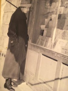 Элишева у витрины книжного магазина. Фото Ш. Корбмана