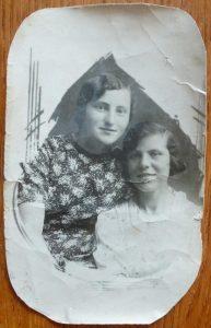 Соня Шуберт (слева) в 1940г., после окончания 9-го класса, с подругой из Канун Тоней Сарницкой