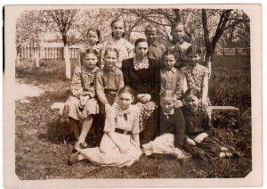 Алевтина Касяневич с учениками 4-го класса, ок. 1958 г.