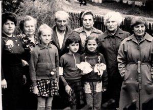 Сёстры Шуберт в гостях у брата в Куренце, ок. 1990 г. Из семейного архива Марка Бараша. Справа налево: Ида Шуберт, Софья Мельник (Шуберт), Евгения Виннер (Шуберт), Семён Шубертий (Шмуль Шуберт), его жена Елена Петровна и дочь Алла