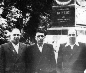 Слева направо: Фёдор Амосович, Амос Павлович и Михаил Амосович Мельники. Киев, 1958г.