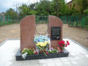 Новый памятник на братской могиле возле бывшей тюрьмы в Новограде-Волынском
