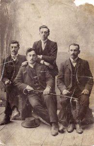 Крайний слева – Иось Шуберт, держит трость – Нусь Шуберт (?), крайний справа – Пинхос Бараш, имя стоящего сзади мужчины неизвестно. 1910-е годы. Из семейного архива Марка Бараша