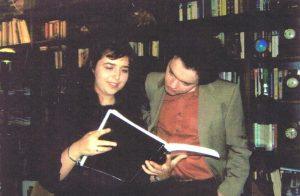 Лера Ауэрбах и Женя Кисин рассматривают партитуру Лериного концерта для фортепиано с оркестром «Реквием тысячелетию», 2006