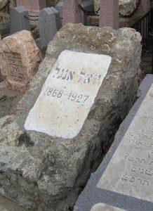 Йоэль Энгель похоронен на кладбище (ул.Трумпельдора) в Тель-Авиве, в 750 метрах от дома, в котором он жил