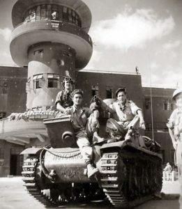 Израильские танкисты в захваченном аэропорту Лидда (ныне аэропорт Бен-Гурион)1948