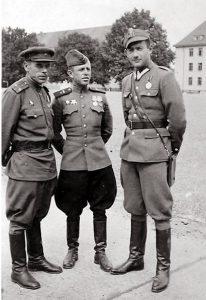 Офицер-танкист Войска Польского Феликс Беатус с советскими офицерами