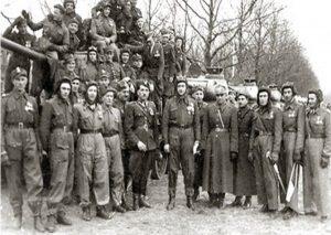 Майор Феликс Беатус (в центре) среди офицеров и солдат своего танкового полка. Штеттин. 1946