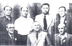 «Мифгош» ― сидят справа налево: Иошуа Шефи, Авраам Шапиро, Элиягу Яркони; стоят справа налево: Ицхак Зееви, Йоэль Симкин, Хаим белый, Авраам Гисин