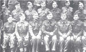 Английские военнослужащие-евреи в германском плену. Сидят, справа налево: Моше Илан, Хаим Белый, Йосеф Альмоги, Хаим Гловинский, Шломо Сэла