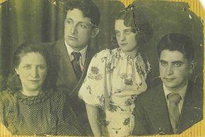 На фотографии (довоенной) – мои родители, бабушка (Мария Соломоновна, Мариам) и брат моей мамы Алёша