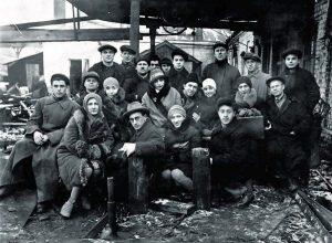 Коллектив Киевского ГОСЕТа, сезон 1928-29 гг. В первом ряду, второй слева — режиссёр И. Миндлин
