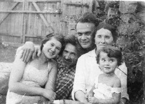 Файбус Гендлин с семьёй во дворе своего дома. Слева — дочь, Ревекка Гендлин. Семёновка, 1940 г. Личный архив Ф. Миндлина