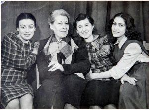 Выпускницы МГЕТУ со своим педагогом А. В. Азарх — Грановской. Вторая справа — Р. Гендлин. 1946 г. Личный архив Ф. Миндлина.