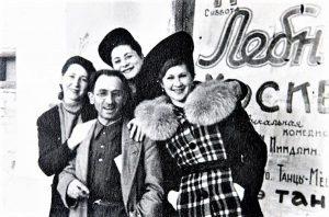 Слева направо: актриса Л. Пасеманик, режиссёр и актёр И. М. Миндлин, неизвестная, актриса Р. Гендлин у афиши Одесского еврейского передвижного театра. Балта, 1948 г. Личный архив Ф. Миндлин