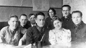 Р. Гендлин, машинистка НКПС с сослуживцами. Москва, 1938 г. Личный архив Ф. Миндлина.