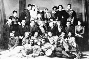 Студенты 3-го курса Московского еврейского театрального училища после сдачи курсового спектакля «Дон Хиль — зелёные штаны» по Тирсо де Молина. 1945 г. Личный архив Ф. Миндлина.